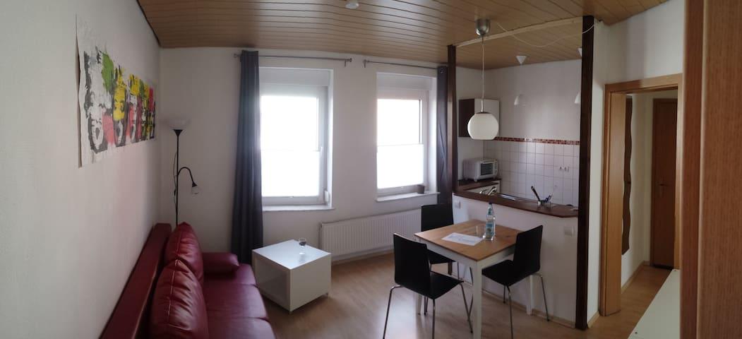 Heller Wohnraum mit offener Küche