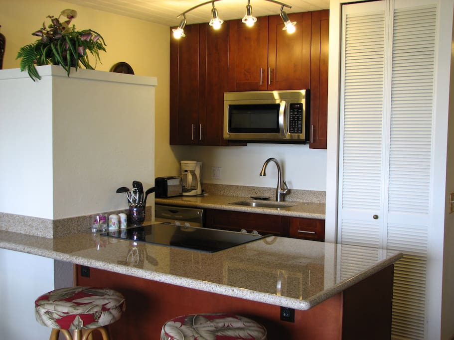 Maui vista 2br ocean view wifi flats for rent in kihei for Kitchen cabinets qatar