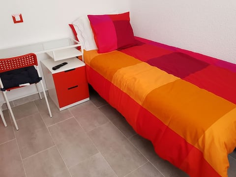 MADRID RIVER ROOMS 4 RENT (RED ROOM)