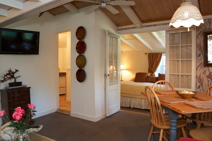 Private, converted 1740 horse stable at inn. Kitchen, pool, small pet OK.