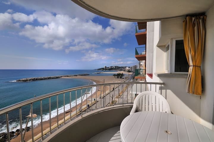 Seafront with International TV, Wifi and parking