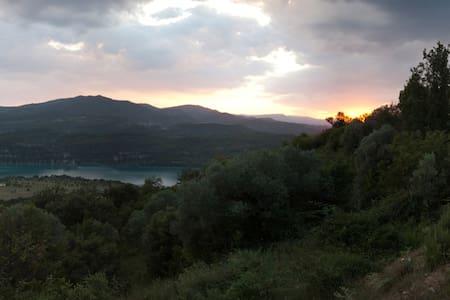 Habitación junto al lago. - Aldea de Puy de Cinca