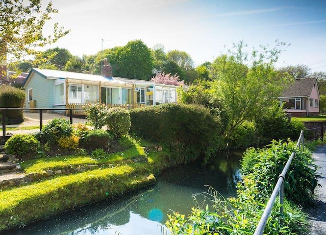 Homestead - cosy riverside cabin - ライムレジス - スイス式シャレー