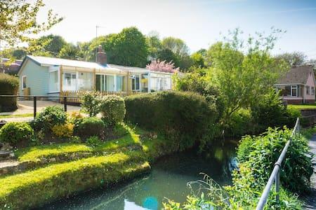 Homestead - cosy riverside cabin - Lyme Regis - Almhütte