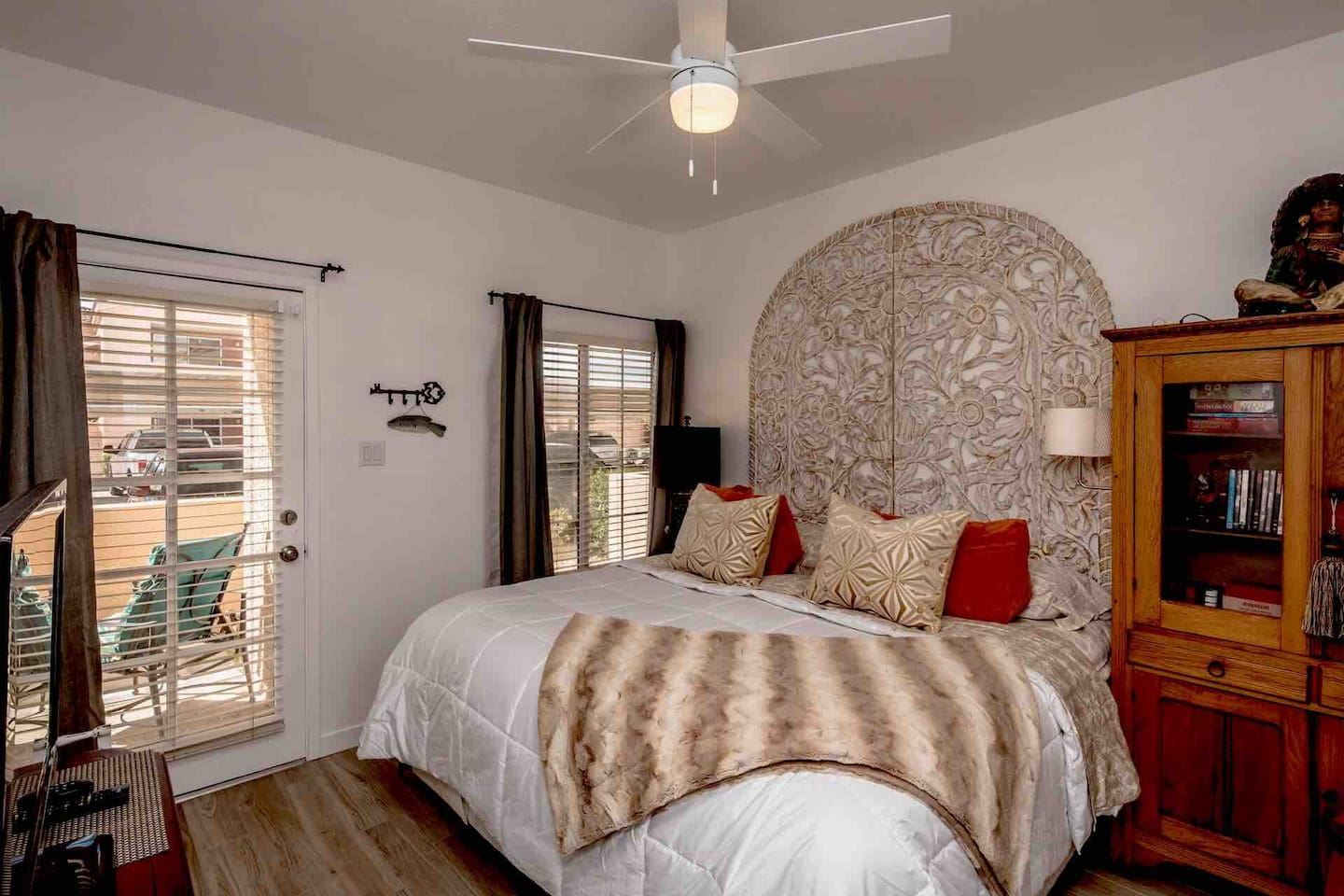 End your day with a great nights sleep in the Master suite with king size bed and hotel quality sheets. Cable television with DVD player  located conveniently at foot of the bed. Slip out for a look at the nights sky with private access to patio.