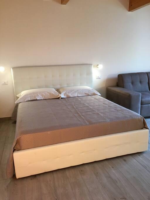 Il letto dispone di un capiente contenitore per le tue valigie