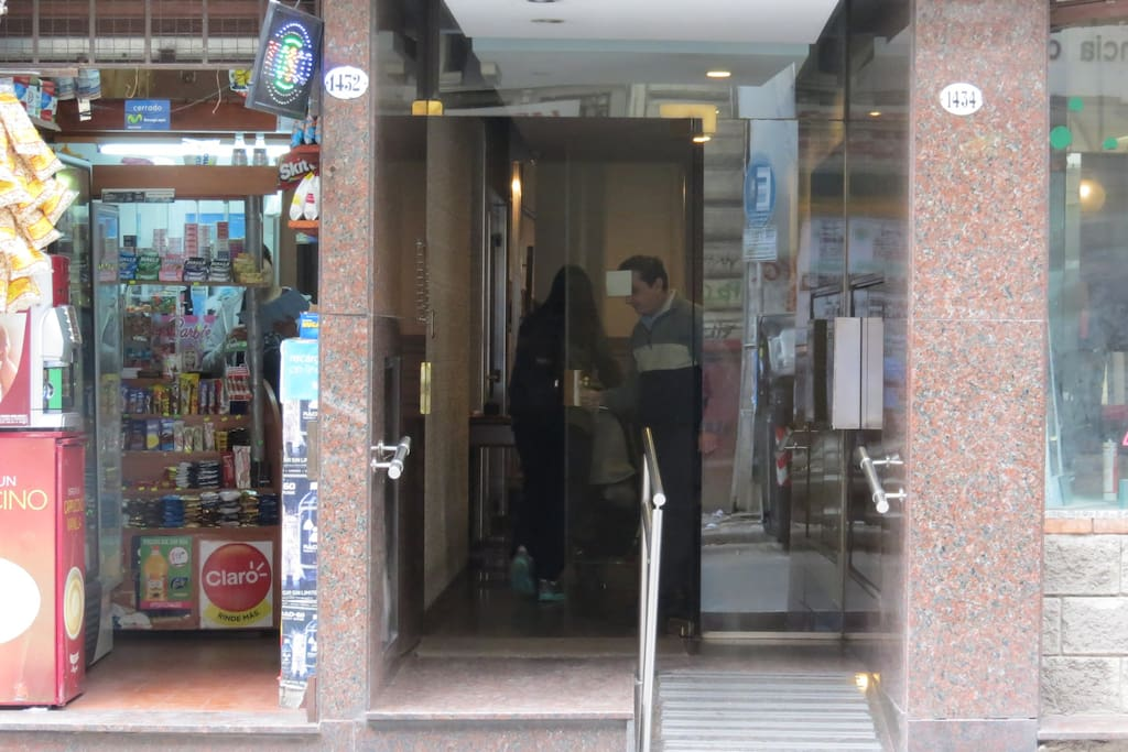 Puerta de ingreso al edificio.