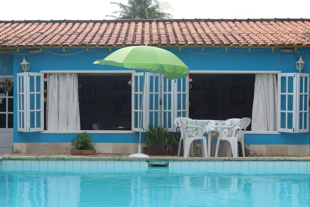 Vista da piscina para sala de estar e de jogos.