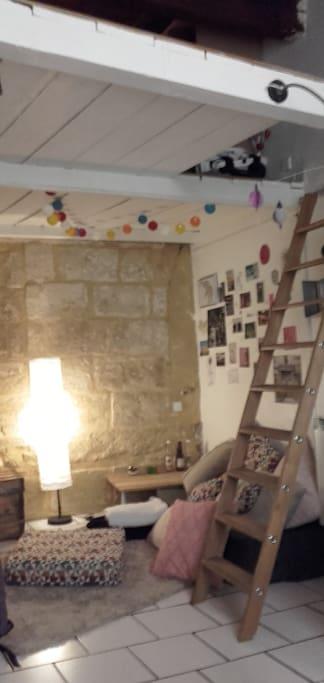 Salon et accès mezzanine