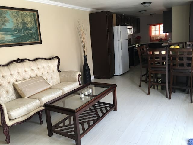 Newly Remodeled 2BR Private Backhouse