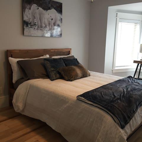 Chez Michelangelo Bed and Breakfast- Inukshuk Room