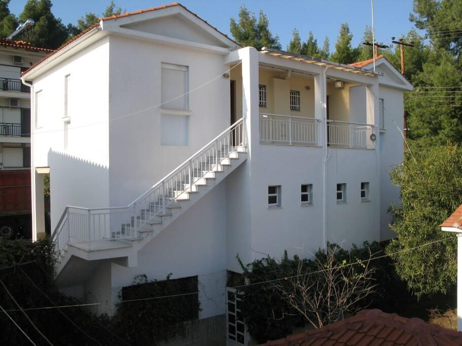 entrance(left- apartment)