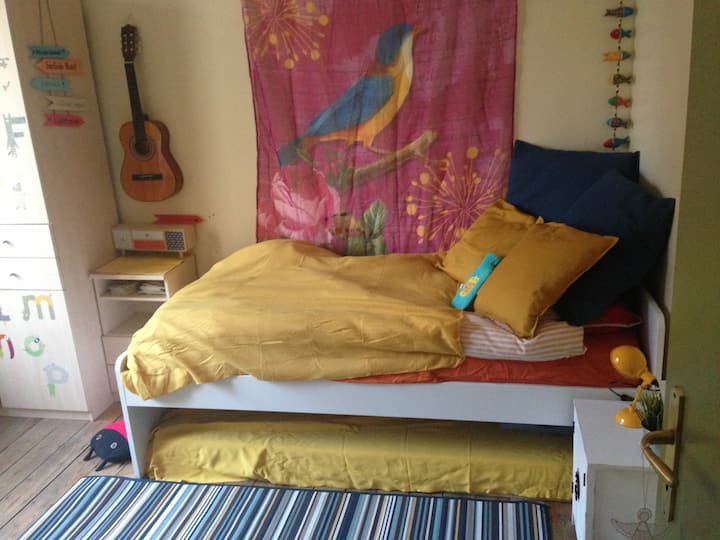 Lovely room in colourful house - WOMEN ONLY