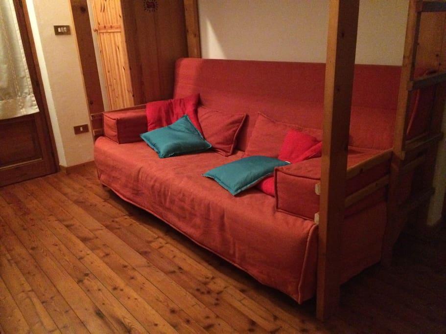 un divano letto matrimoniale di comode misure