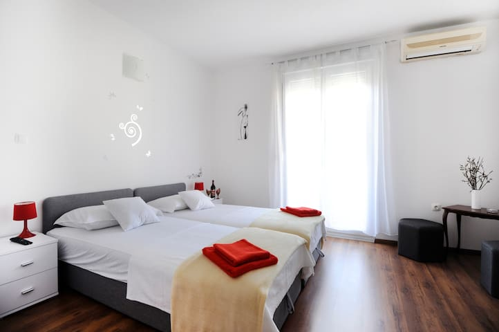 Central****bedroom with balcony in the city center