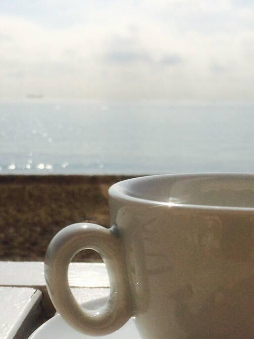 Impagabile una tazza di caffè sul mare :)