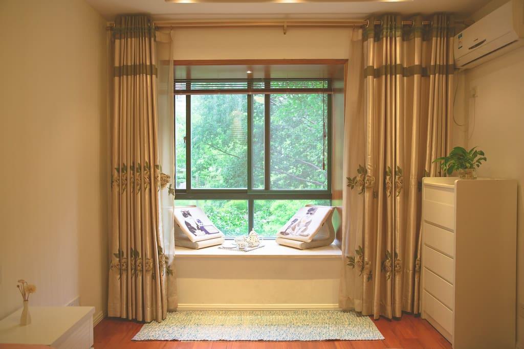 飘窗1.5x0.7m的大飘窗,适合来个休闲安逸的下午茶。