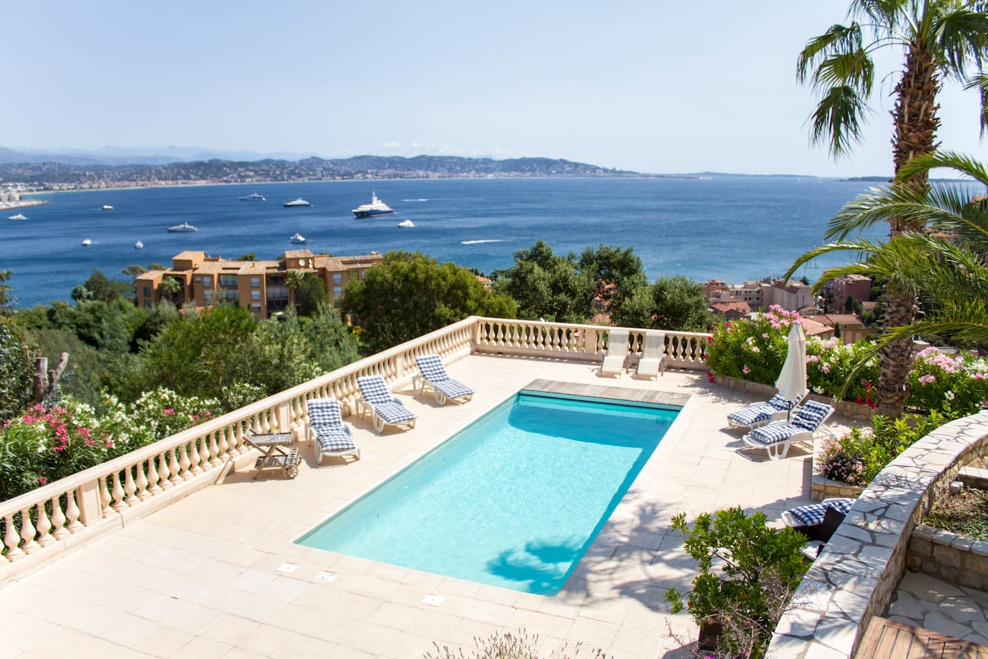 Villa with sea view close to Cannes