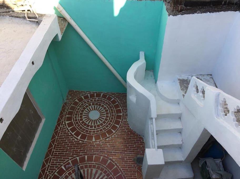 patio y escalera para el 2do piso