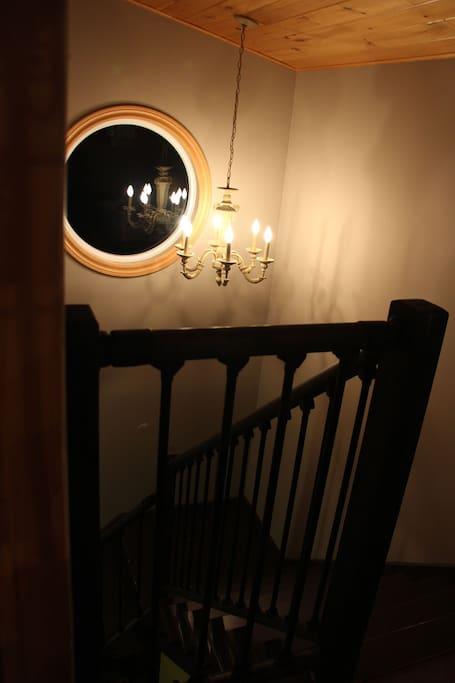 L'escalier qui donne sur la chambre.