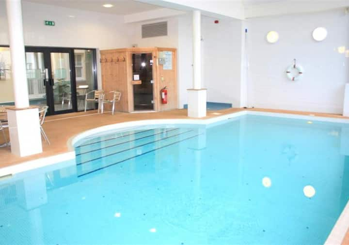 VisitWales 4☆ bright apmt , heated indoor pool