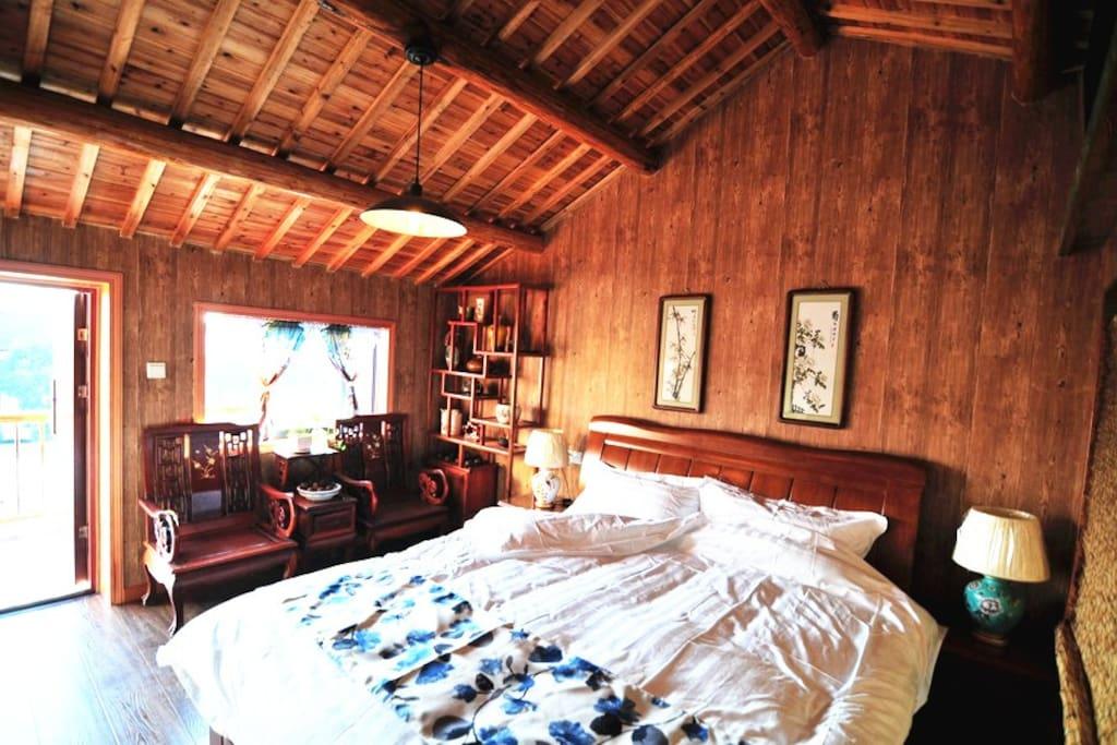 【复古大床房】2间,洁净素雅的被褥,木质老家具的独特质感带给你独一无二的老扬城风情。