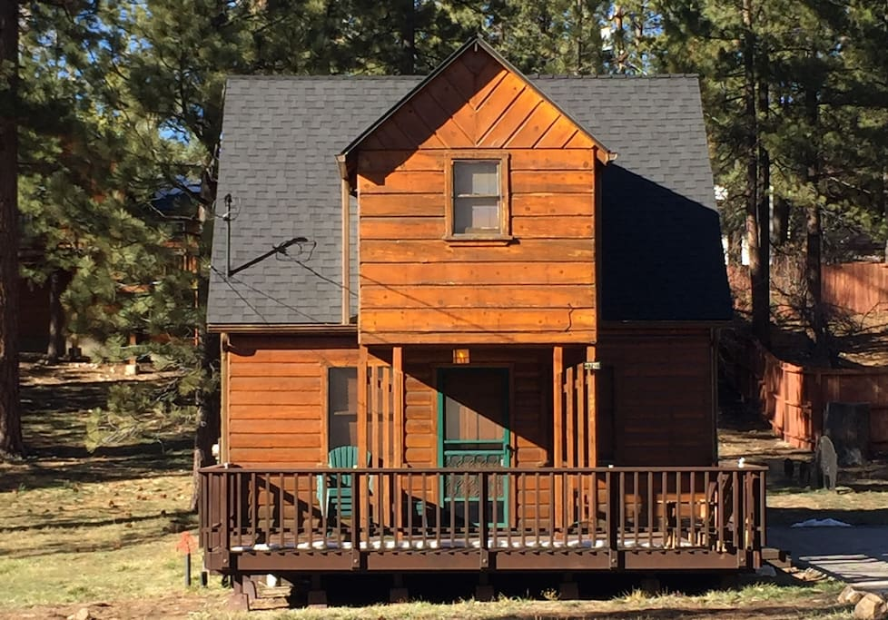 Mountain & Lake retreat centrally located to Lake, village & restaurants.