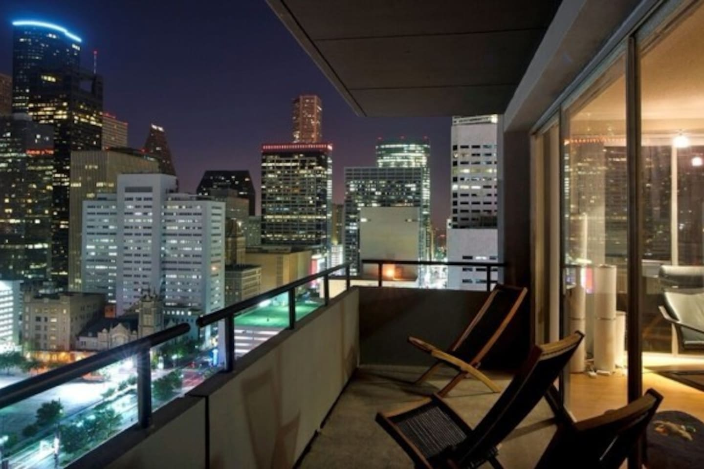 Enjoy the best Houston has to offer with sweeping views over Downtown !