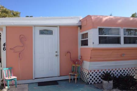 The Pink Flamingo - Marathon  - 一軒家