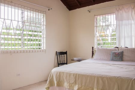 Upstairs bedroom 2-day minimum stay - House