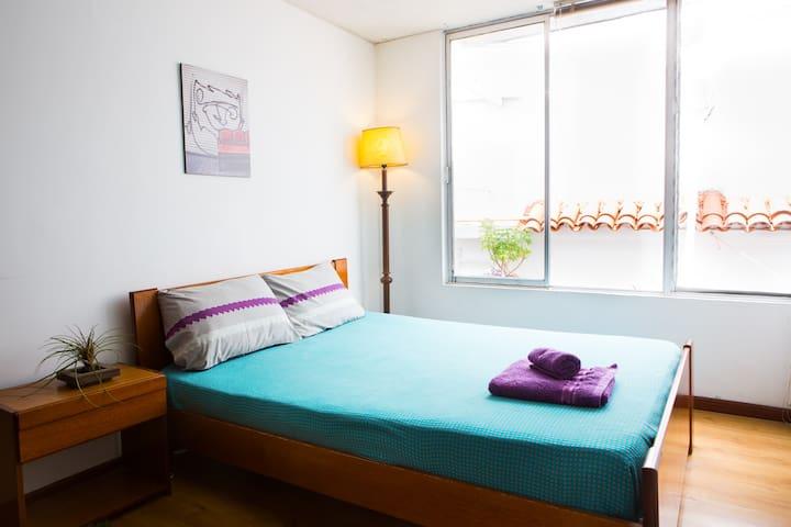 Cosy room in lively, safe area. - Örményország - Szoba reggelivel