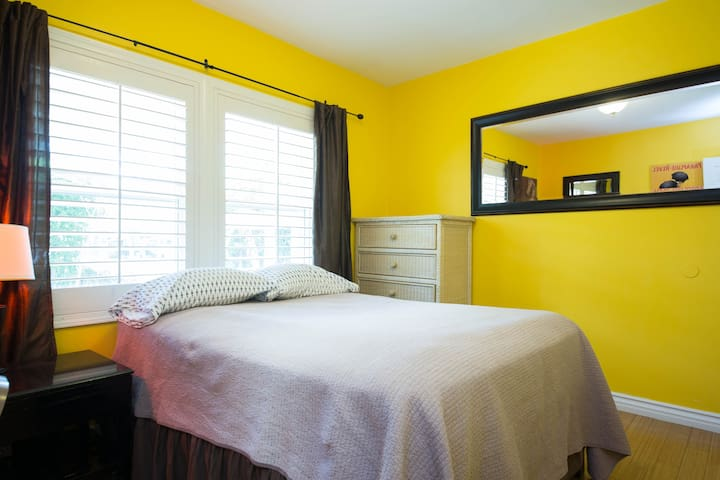 COZY SUNNY ROOM WITH A QUEEN-SIZE BED - Los Angeles - House