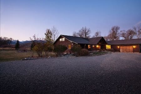 Beautiful Lodge on Working Cattle Ranch - Livingston - House