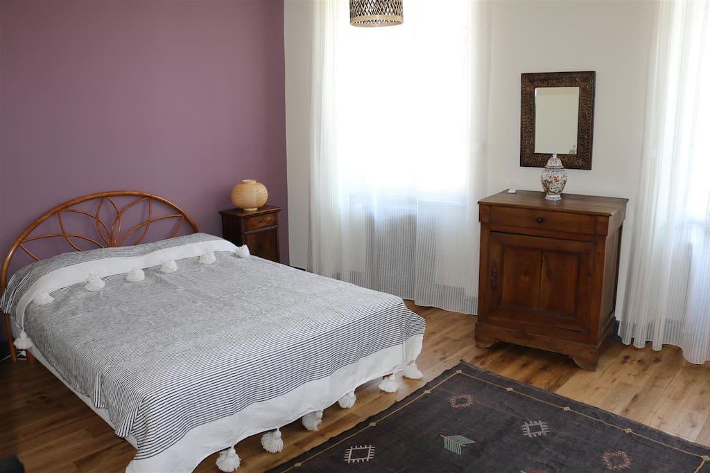 Chambre Morphée Grande chambre avec salle d'eau (douche et lavabo) et une arrière-chambre-dressing qui peut accueillir un lit supplémentaire.