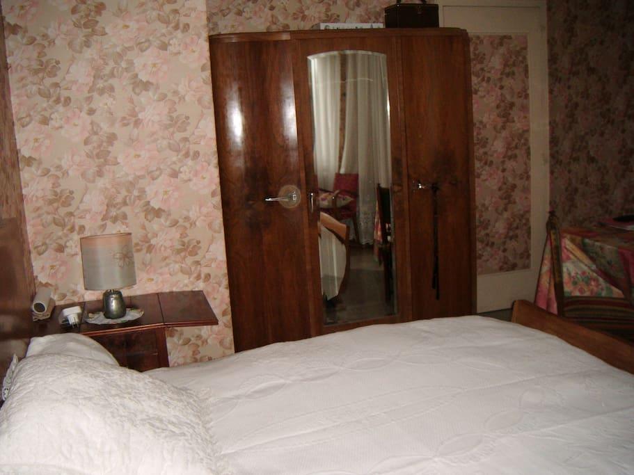 Chambre rose 1lit double + 1 lit simple d'apoint+1 armoire