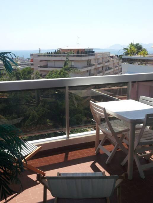 La terrasse de 10 m², pour bronzer et déjeuner.