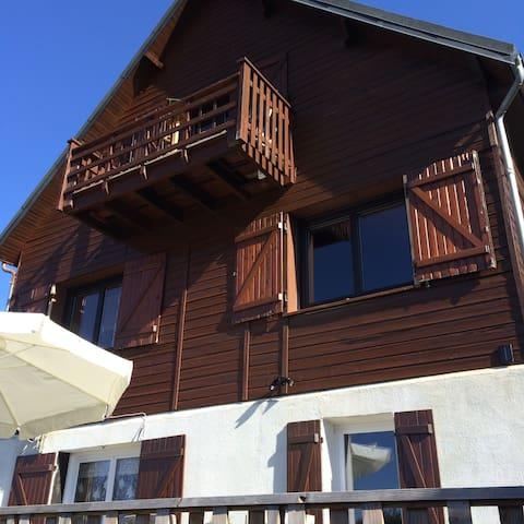 Chalet Typique sur 3 niveaux, appartement situé en rez de jardin