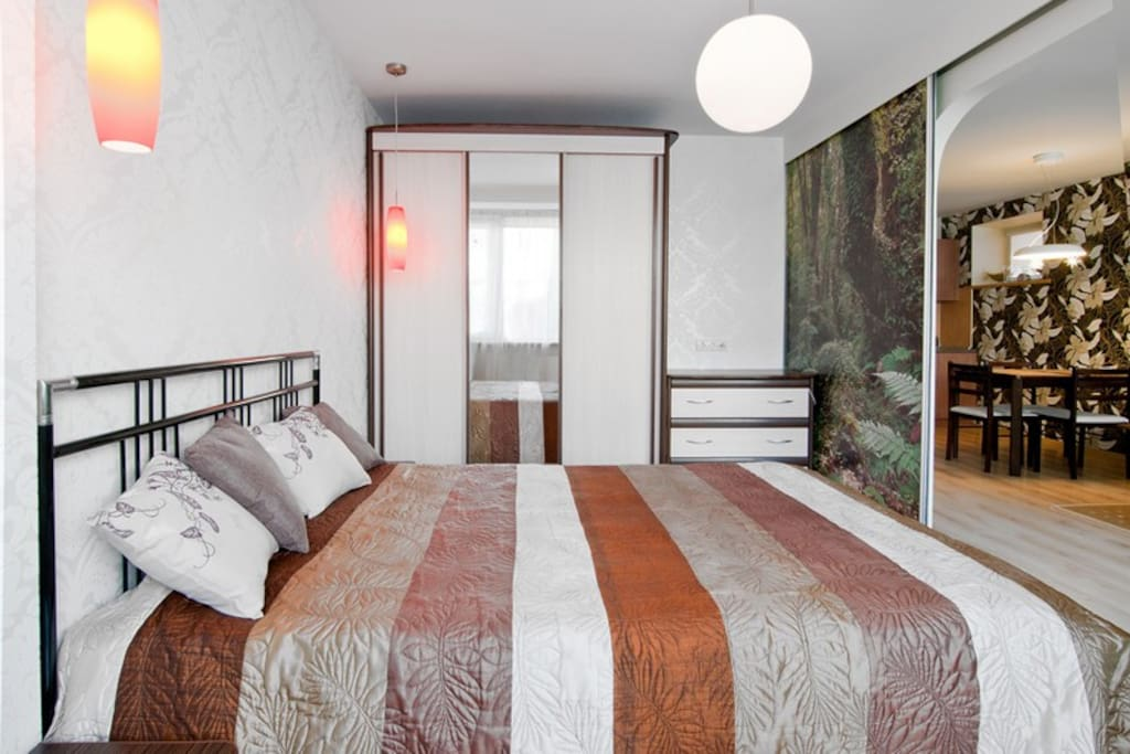 Гостиная отделена от спальни раздвижными дверями