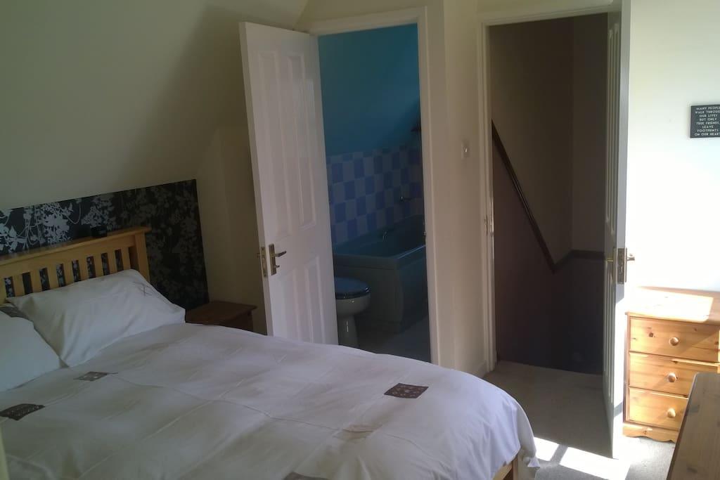 Comfy double bed & en suite bathroom