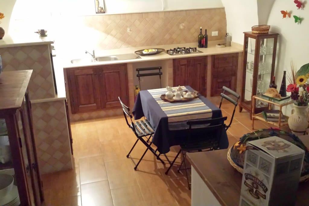 La cucina al piano inferiore.