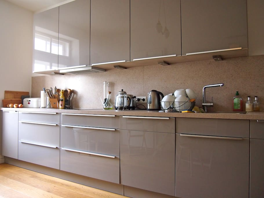 Küche mit Vorratskammer und Balkon