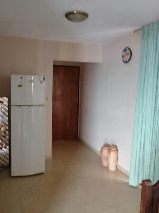 Puerta de acceso al departamento, se ingresa directo al kitchenette