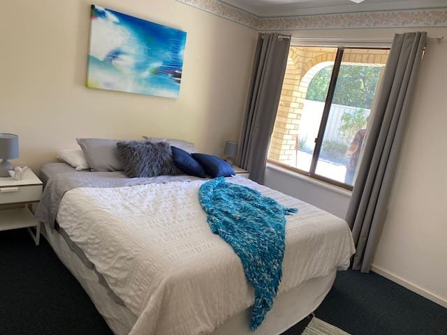Comfy 2 Bed Villa Close to QEH+Airport+City+Beach