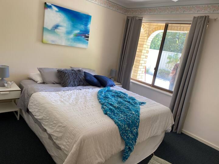 Comfy 2 Bed Villa Close to QEH+Airport+City+Beach