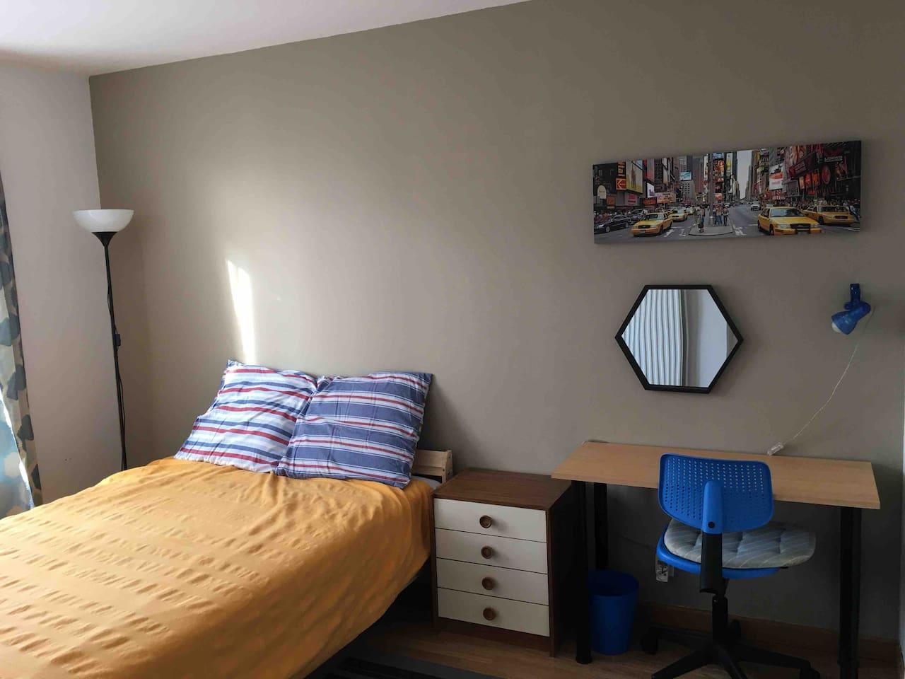 Chambre double avec lit queen size donnant sur jardin