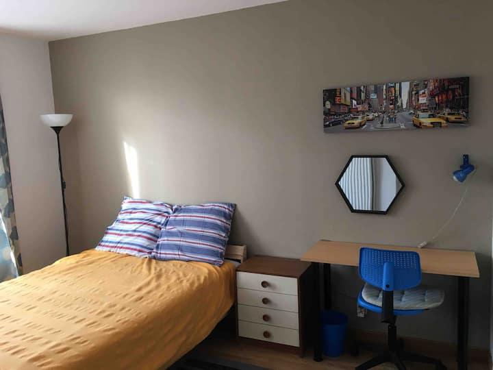 Chambre confortable dans maison avec jardin fleuri