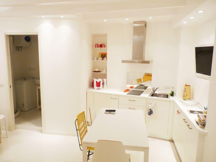 Angolo cucina e ingresso del bagno.