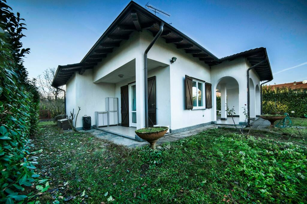 Ritratto sul lago b b house villas for rent in for B house