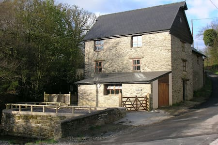 Star Mill, old watermill, sleeps 8 - Clydey