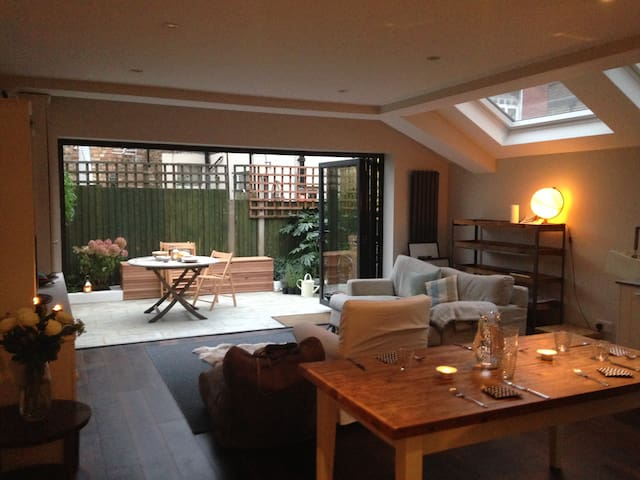 Stunning 2 bed flat, great location - London - Apartment